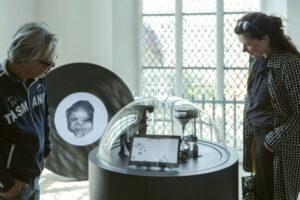 Компьютер ищет песчинки, похожие на человеческие лица