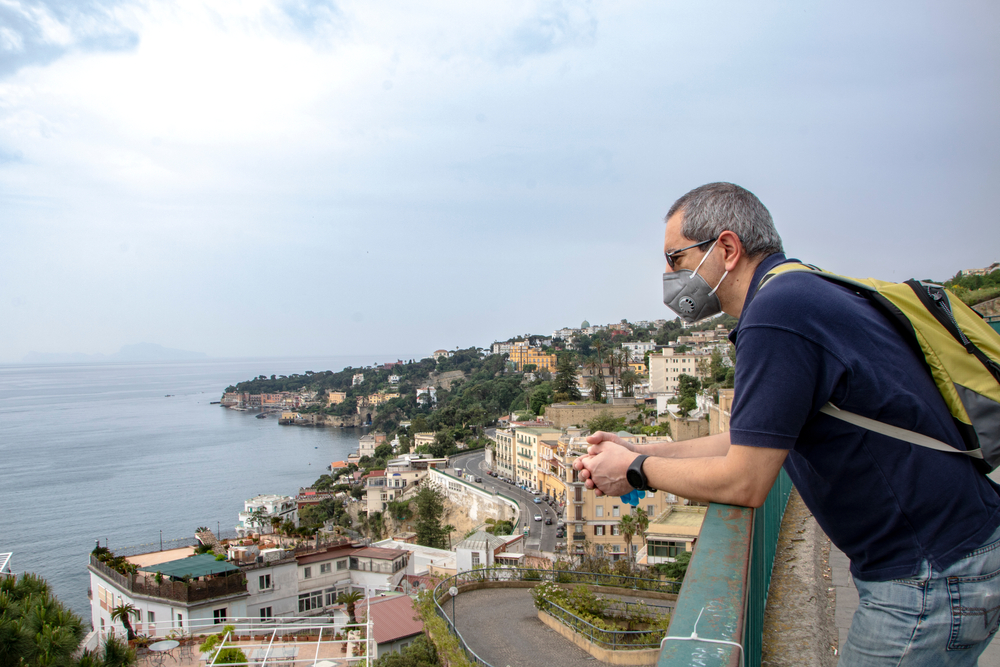 В Неаполе обязали носить маски круглосуточно