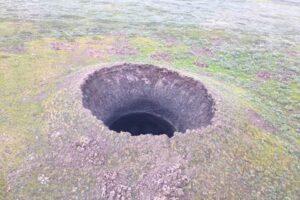 В Сибири из-за подземного взрыва метана образовался 50-метровый кратер