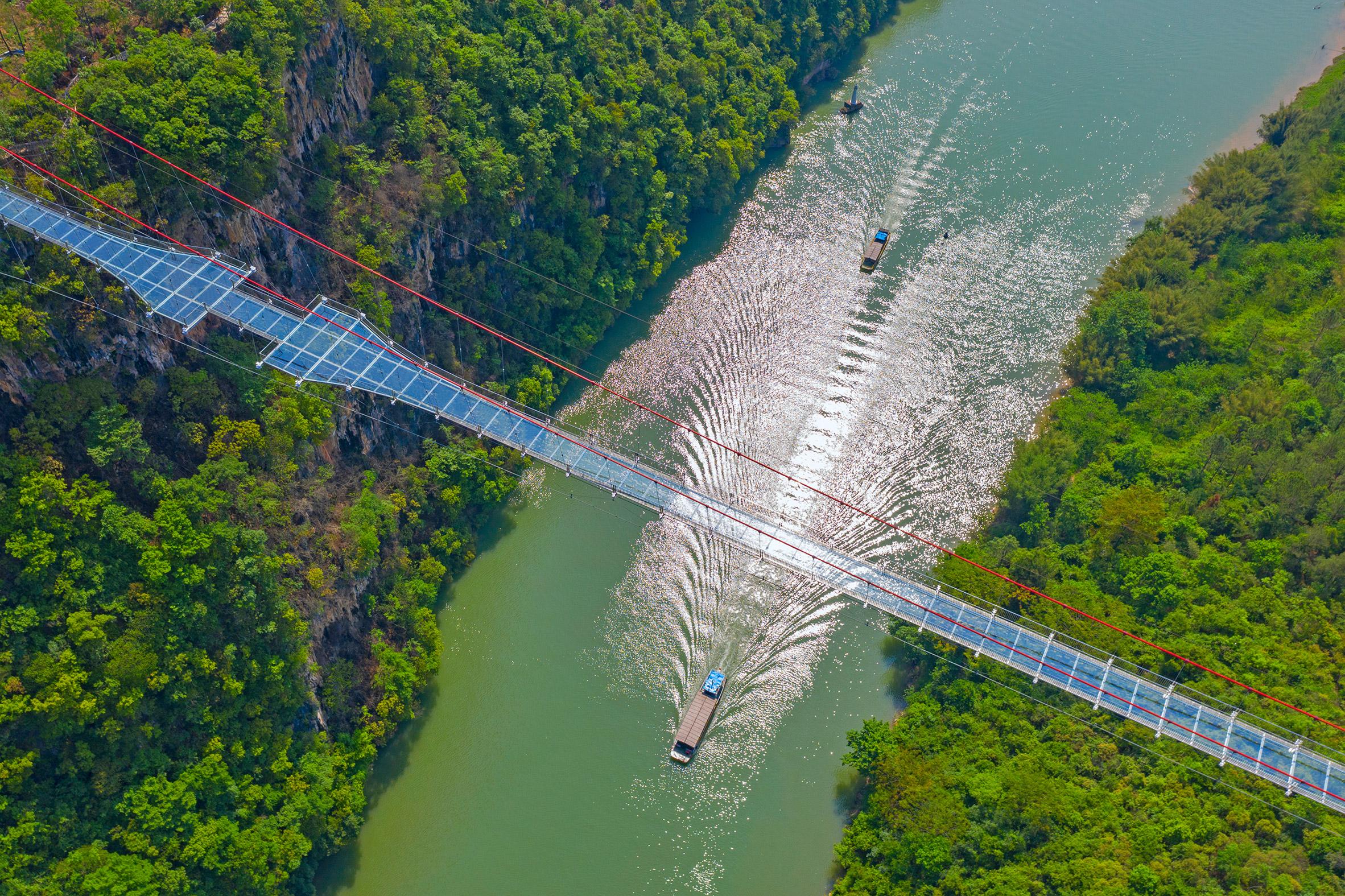 В Китае открыли самый длинный подвесной стеклянный мост в мире.Вокруг Света. Украина