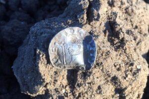 Английские подростки нашли в поле редкие монеты XI–XII веков