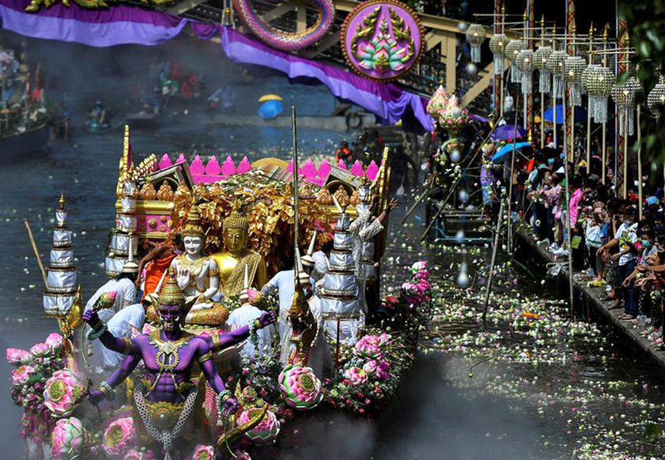 Ливень из лотосов: в Таиланде отметили завершение буддийского поста
