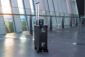 В Японии изобрели чемодан, который видит