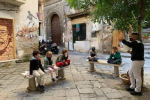 Социально-удаленная школа Неаполя ведет уроки прямо на улицах