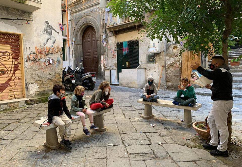 Социально-удаленная школа Неаполя ведет уроки прямо на улицах.Вокруг Света. Украина