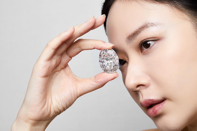 Редкий белый бриллиант ушел с молотка почти за $16 млн