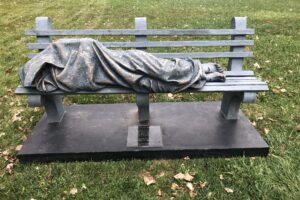 В США установили статую Иисуса в виде бездомного