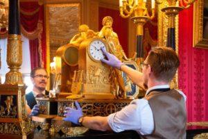 В резиденциях королевы Елизаветы II часы переводят двое суток