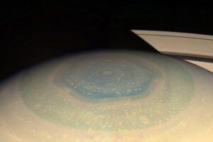 Геофизики разгадали загадку шестиугольного шторма на Сатурне