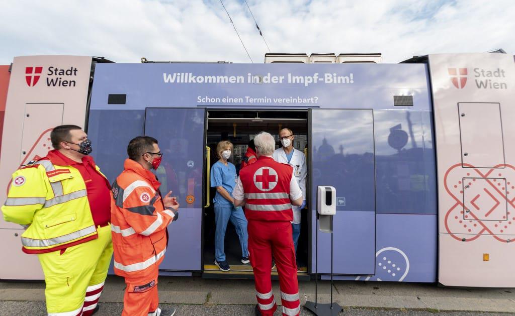 В Вене запустили трамвай для вакцинации от гриппа