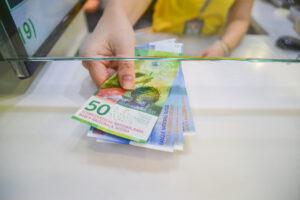 В Швейцарии хотят выплатить всем жителям по 7000 евро