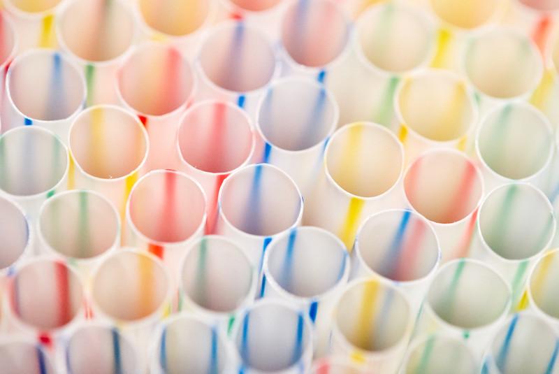 В Англии с 1 октября запретили пластиковые соломинки, мешалки и ватные палочки