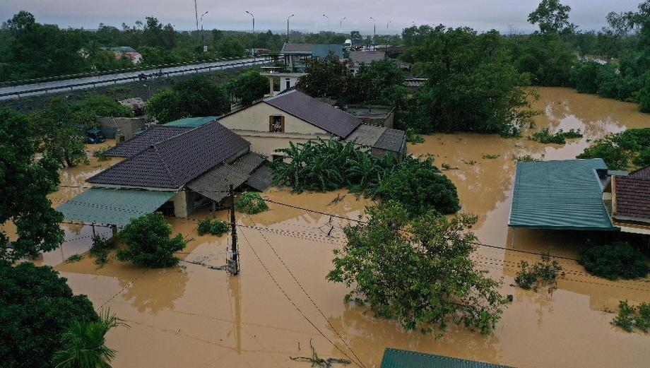 Во Вьетнаме мощные ливни вызвали смертоносное наводнение
