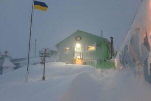 Весенние сугробы: украинскую антарктическую станцию замело снегом