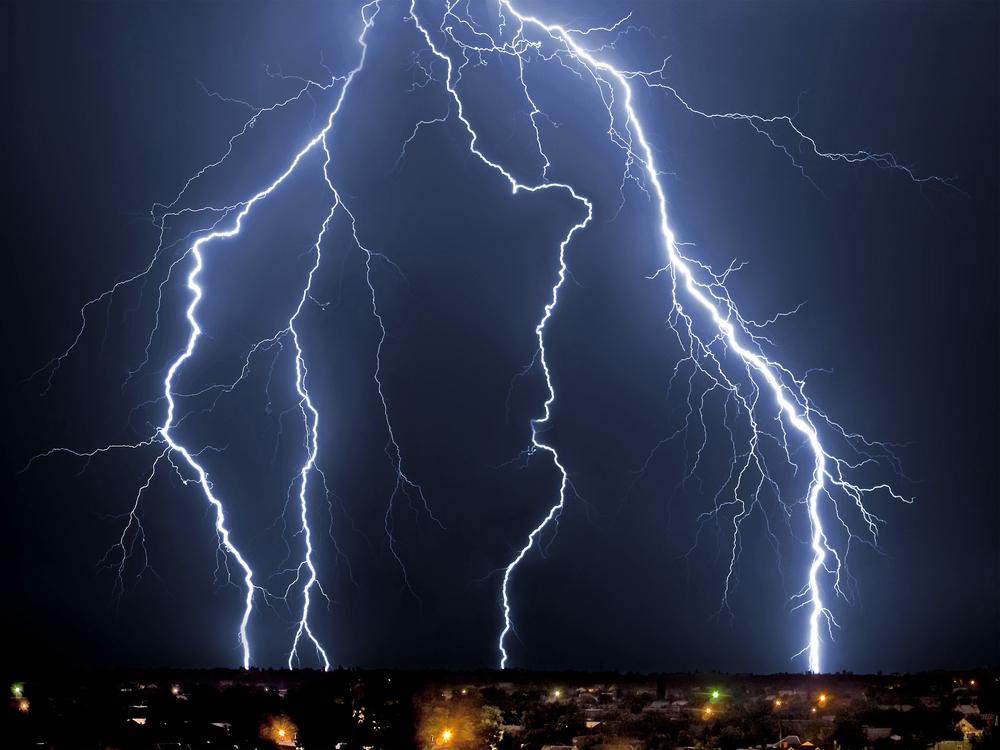 Физики научились управлять молниями с помощью лазера