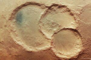 Астрономы запечатлели на Марсе тройной кратер: версии происхождения