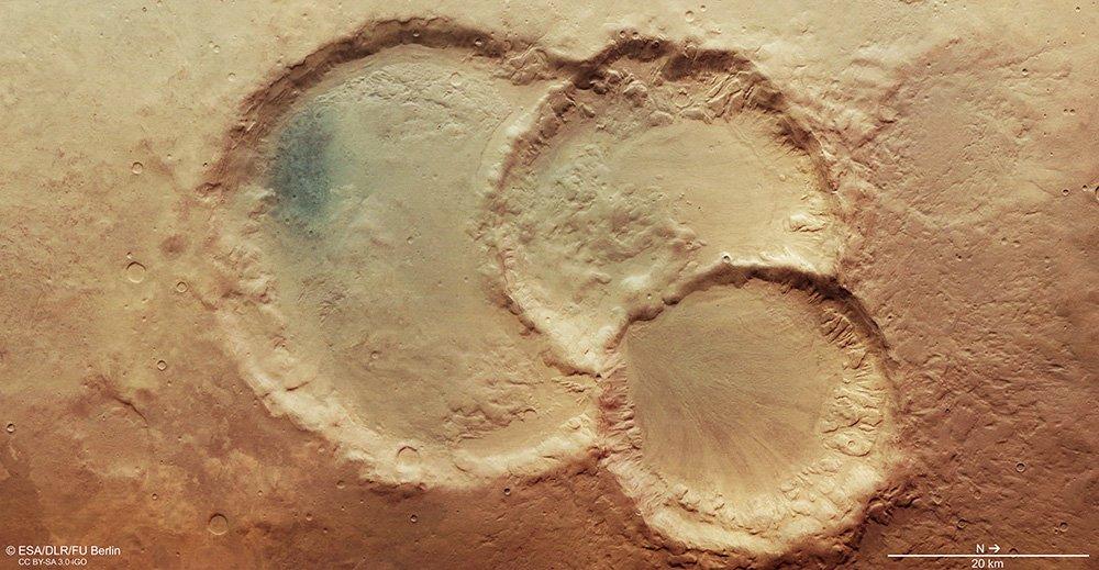 Астрономы запечатлели на Марсе тройной кратер: версии происхождения.Вокруг Света. Украина