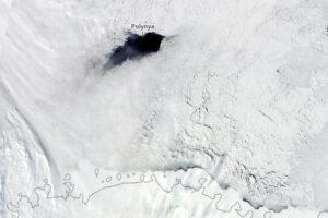Атмосферные «реки» из теплого воздуха формируют гигантские дыры во льдах Антарктики