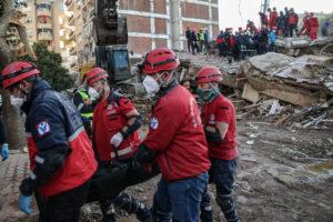 В Турции из-под завалов спасли старика и ребенка