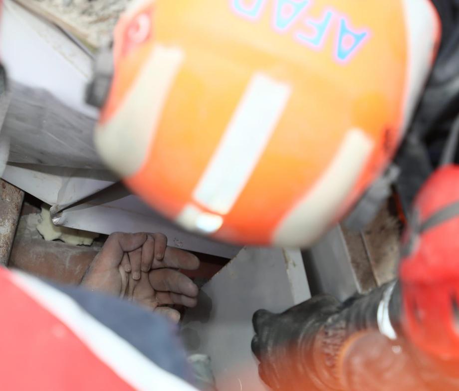 В Турции два маленьких ребенка пролежали под завалами больше 3 дней