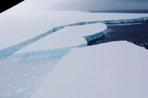 От айсберга-гиганта А68а откололся огромный фрагмент