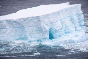 Гигантский айсберг A68a раскололся на крупные фрагменты