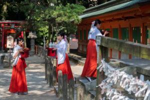 В новогодние праздники японские стюардессы будут служить в храмах