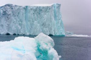 Крупнейший айсберг мира стремительно изнашивается: спутниковая съемка