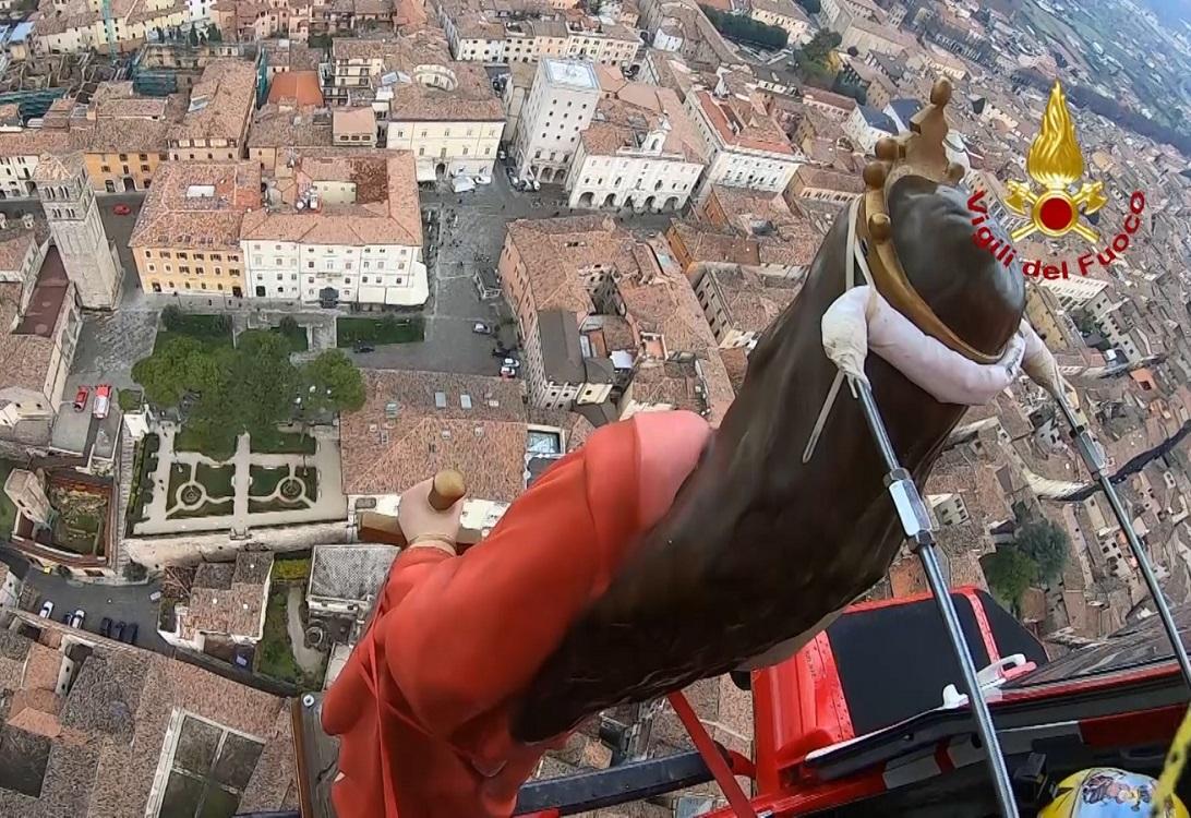 В Италии праздничное шествие прошло по воздуху