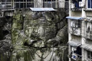 Безголовый Будда: в Китае обнаружили большую статую между двумя жилыми домами