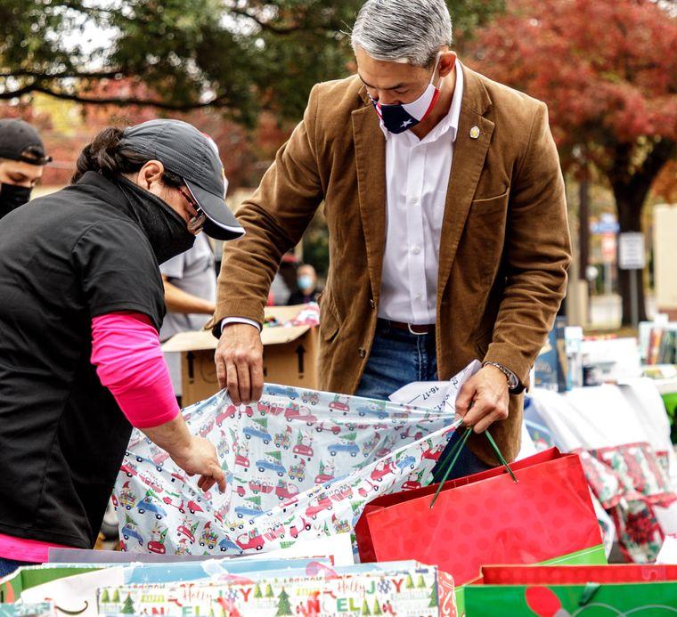 В США украли детские подарки, но люди собрали в 10 раз больше.Вокруг Света. Украина