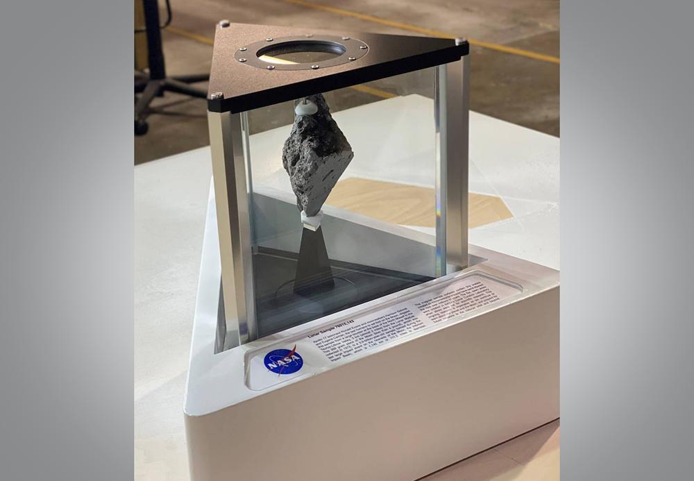 NASA предоставило кусочек Луны для украшения Овального кабинета