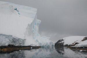 В Антарктиде от ледника откололся кусок размером с семиэтиажку