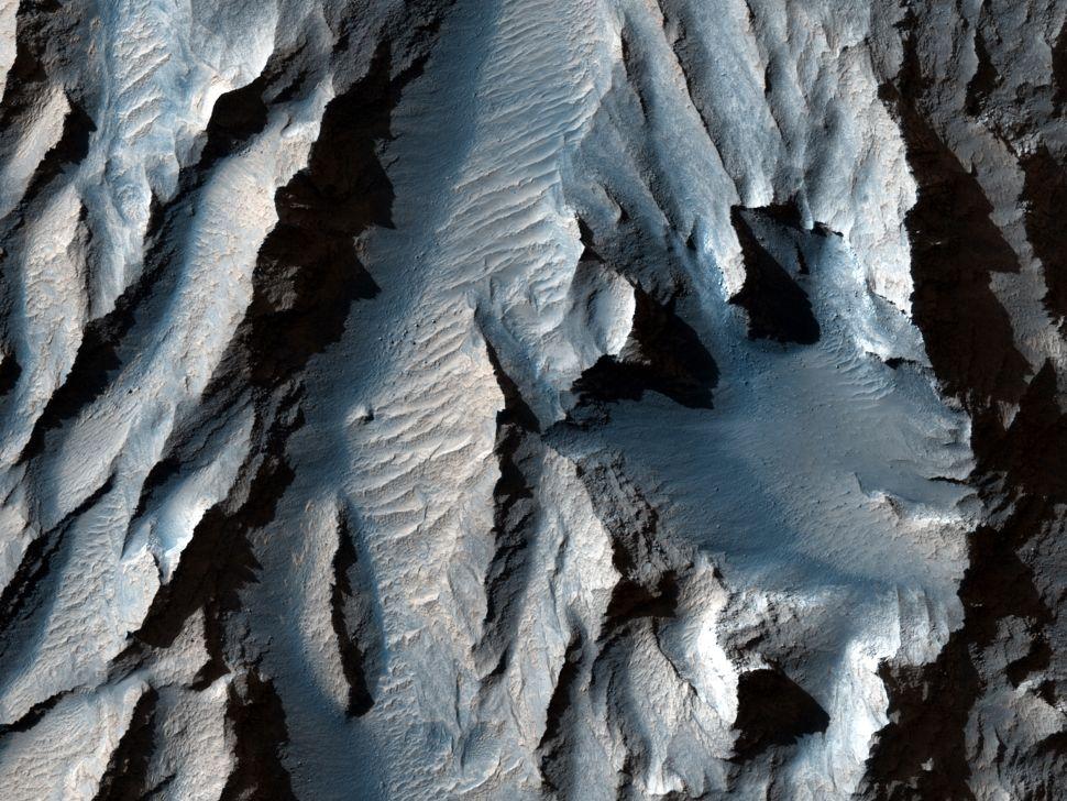 Зонд NASA сфотографировал крупнейший каньон в Солнечной системе