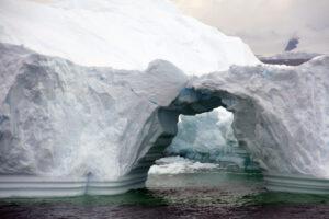 Спутники зафиксировали скоростное разрушение ледяных арок Арктики