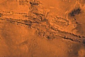 Марсианский зонд NASA сделал новые снимки каньона Valles Marineris
