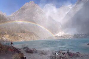 В Непале туристы сняли впечатляющее видео с лавиной