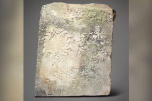 Найденная в саду античная плита 10 лет служила опорой на конюшне