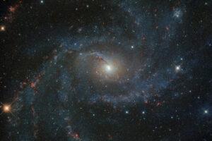 Hubble показал далекую галактику в цвете