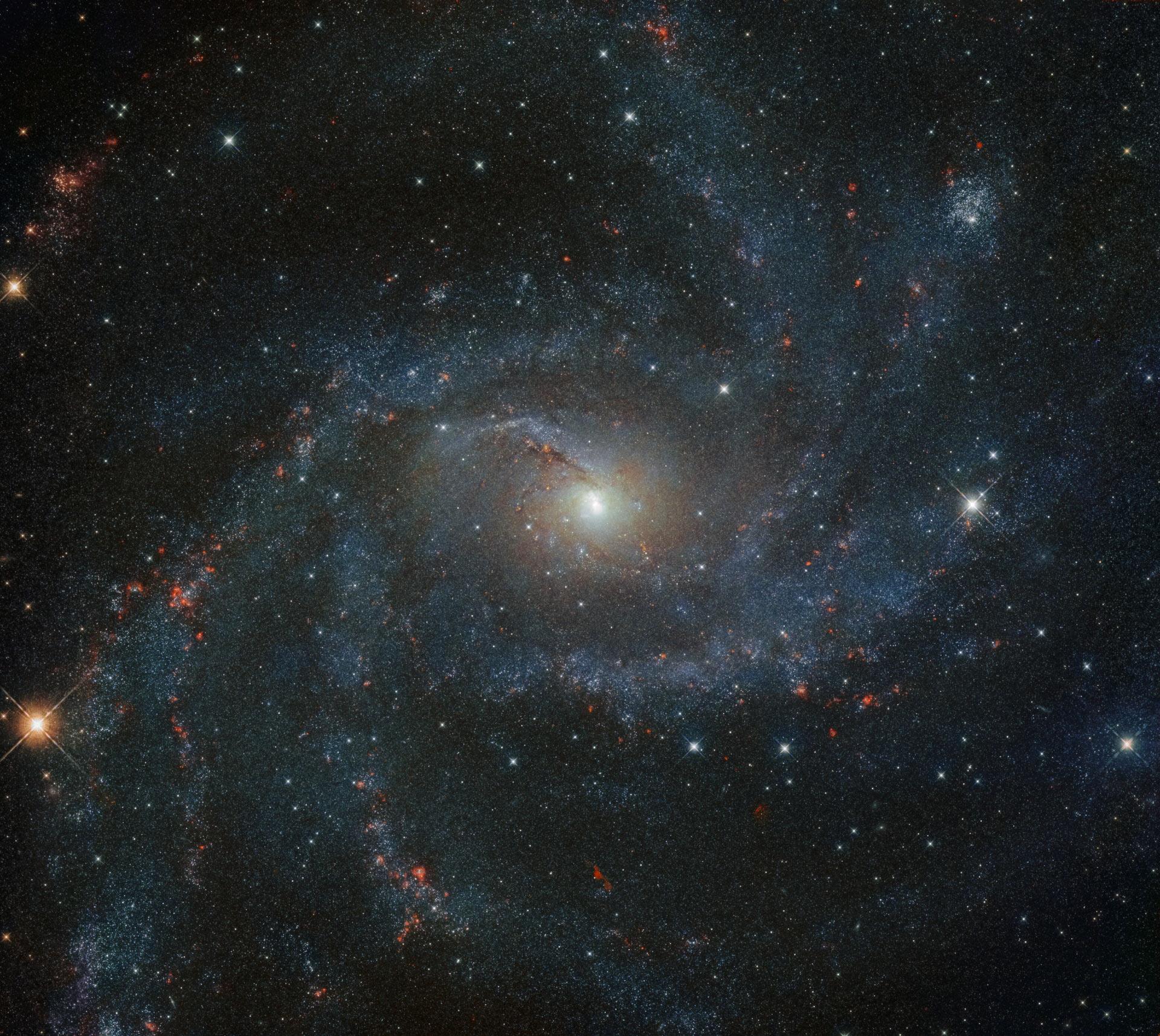 Hubble показал далекую галактику в цвете.Вокруг Света. Украина