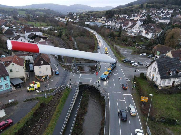 По Люксембургу провезли деталь ветряка длиной почти 70 метров