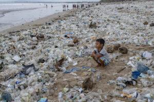 На знаменитом пляже Бали собрали 30 тонн мусора