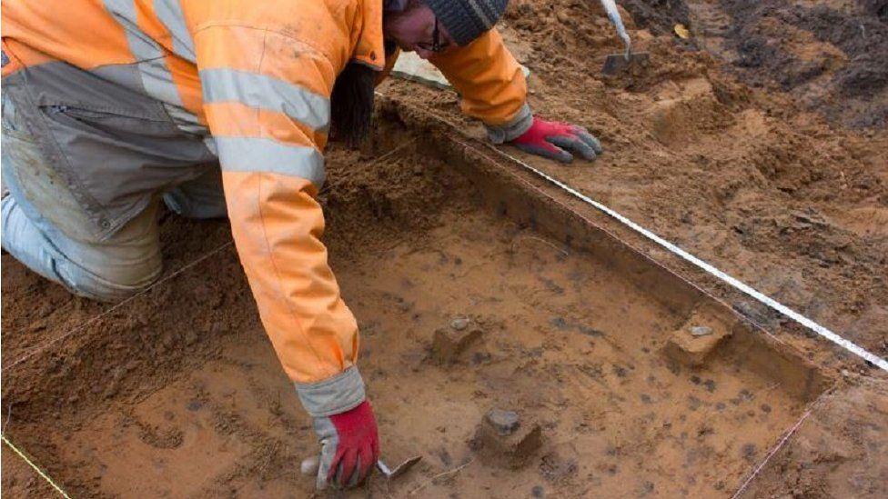 В Уэльсе на месте будущего дома раскопали сотни орудий каменного века