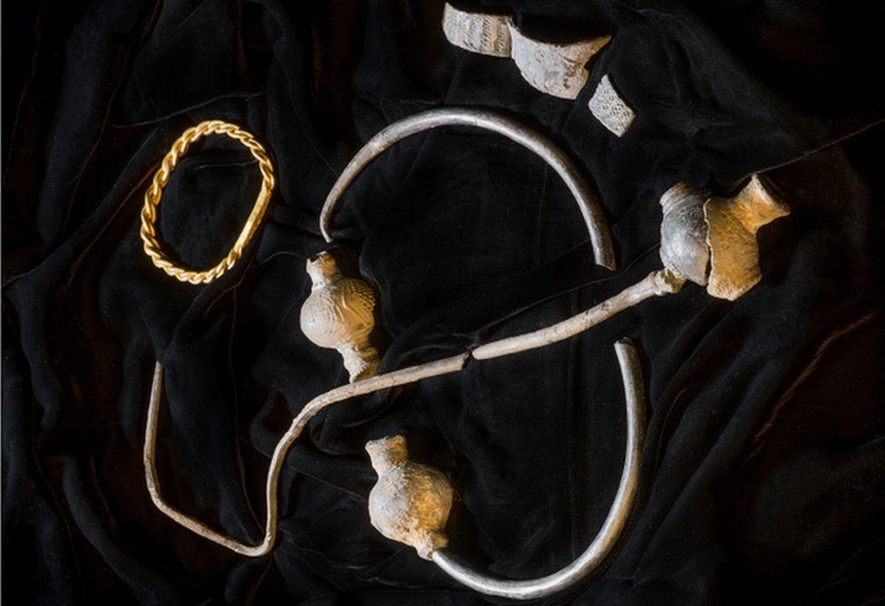 На острове Мэн нашли золотые и серебряные украшения богатого викинга.Вокруг Света. Украина