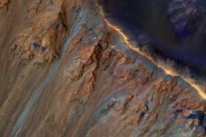 Линии на Марсе может создавать соленая вода, вызывающая оползни