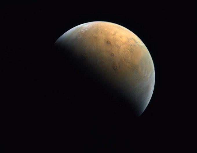 Зонд ОАЭ прислал свое первое фото Марса