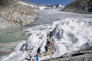 Зачем в Альпах ледники накрывают геотекстилем?