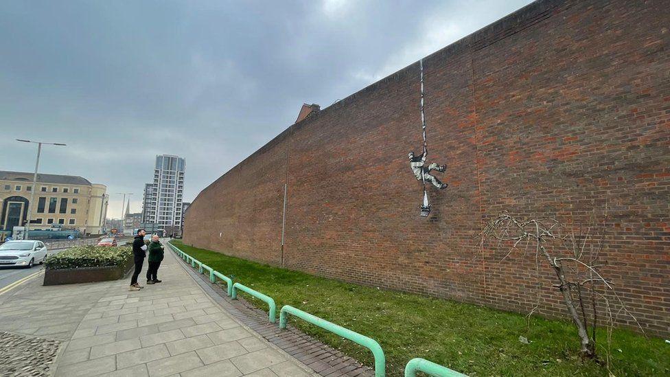 Бэнкси нарисовал необычного Оскара Уайльда на стене тюрьмы