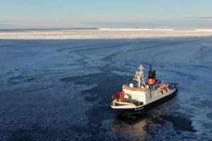 Ледокол обогнул мега-айсберг по узкому каналу: фото Sentinel-2