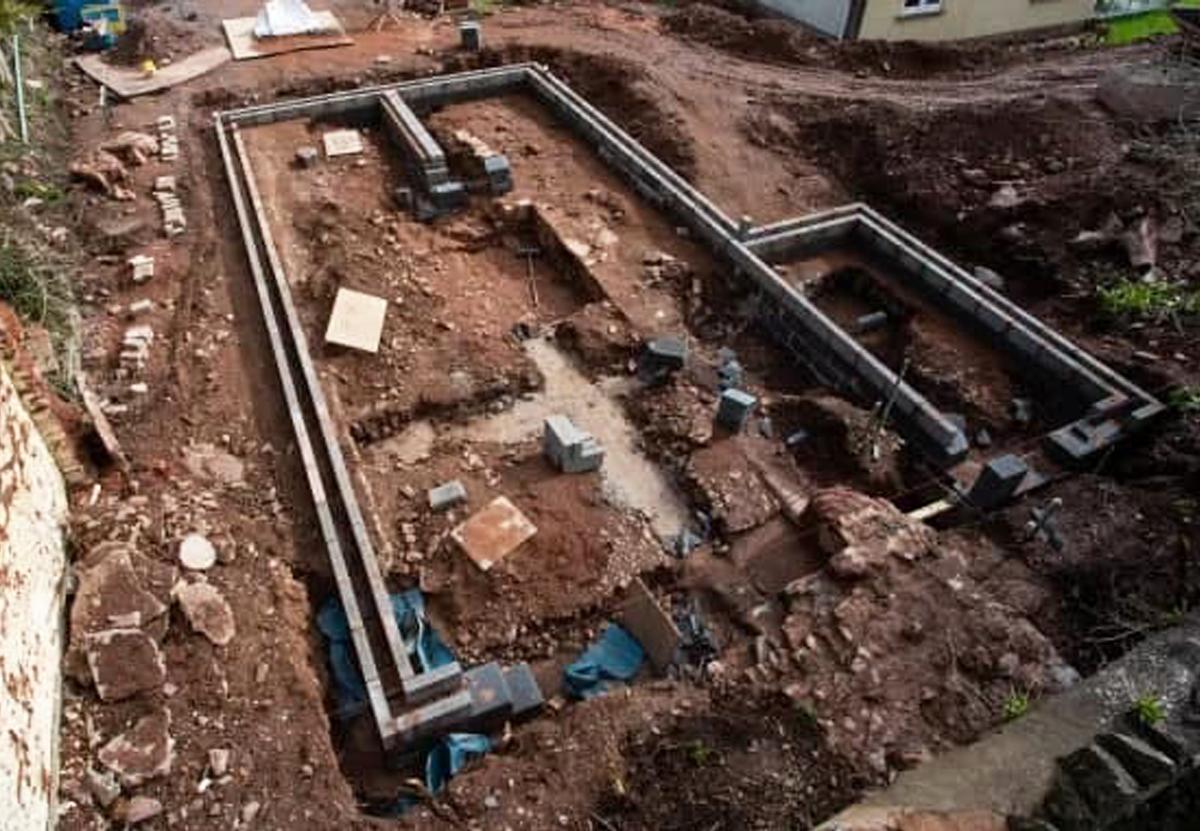 В саду английского пенсионера откопали Дворец епископов XIII века.Вокруг Света. Украина